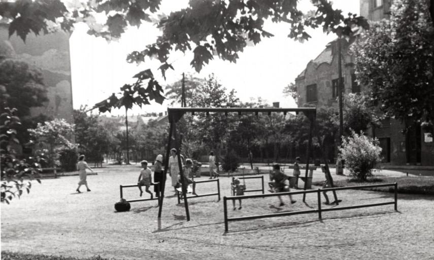1952, játszótér a Thököly út és Bosnyák utca talákozásánál