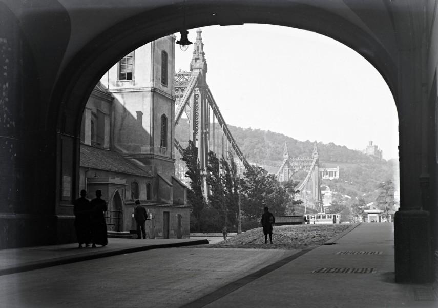 1936,  Piarista köz az Erzsébet híd felé nézve