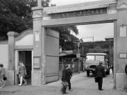 1968, Táncsics Mihály (Károlyi István) utca 10. Duna Cipőgyár, főbejárat