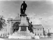 1950, a Keleti pályaudvar előtt a Baross szobor, 8. kerület