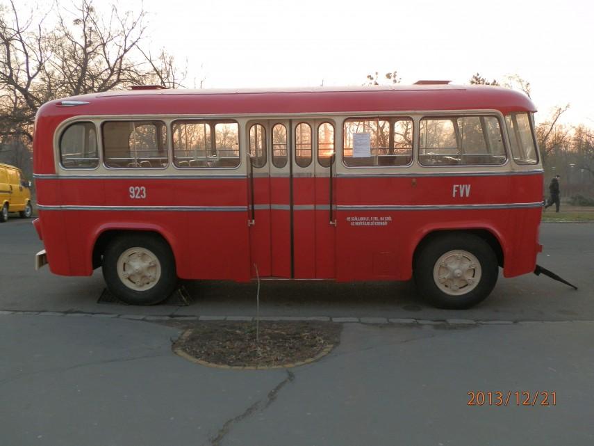 A trolibusz pótkocsija oldalról, 14. kerület